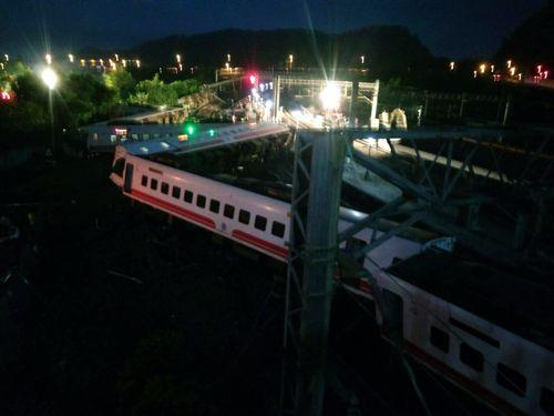 脱線したプユマ号=10月21日東北部・宜蘭で撮影