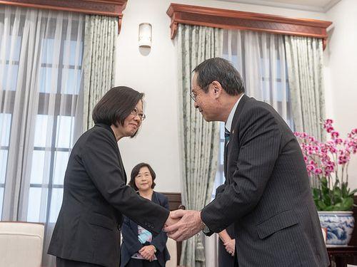 藤井孝男氏(右)と握手をする蔡英文総統=総統府HPから