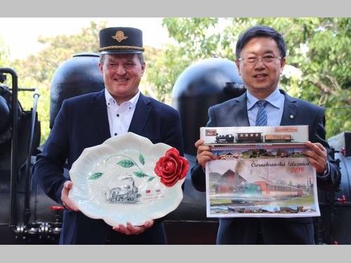 記念品を交換する林華慶林務局長(右)とスロバキア・チエルノフロン鉄道の代表
