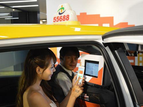 台湾大車隊のタクシー運転手と乗客=イメージ・同社提供