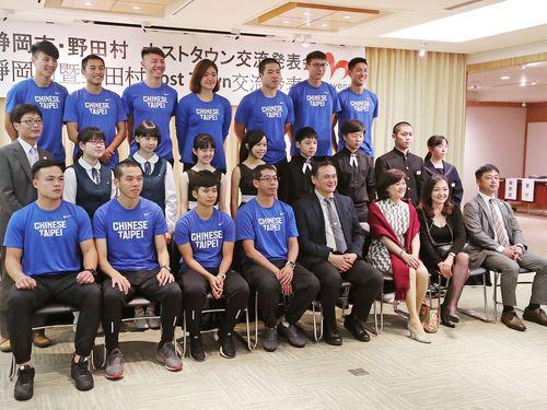 台湾の陸上選手らと記念写真を撮る日本の生徒たち
