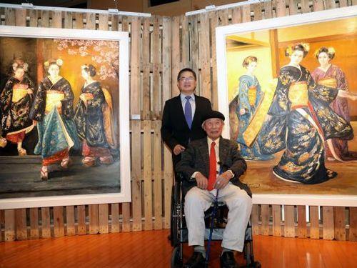 台南市の李孟諺代理市長(後ろ)と同市に作品を寄贈する石川善一さん=台南市政府提供