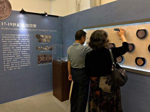 会場の展示品をじっくり鑑賞する来場者たち