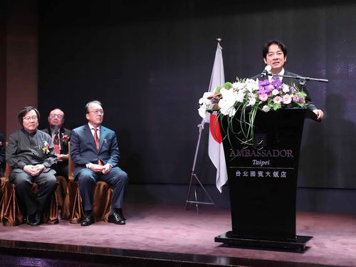 天皇誕生日祝賀会であいさつをする頼清徳行政院長(右)