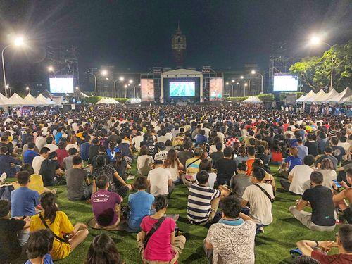 W杯の中継画面に見入る台湾のサッカーファンら