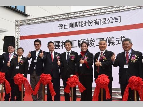 テープカットをする優仕[口加][口非]の杉本昌利董事長(左から4人目)や斗六市の謝淑亜市長(右から3人目)ら
