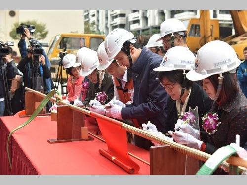 「国家映画センター」の上棟式に出席する新北市の朱立倫市長(手前右から3人目)