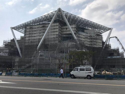 坂茂氏が設計を手掛ける台南市美術館2号館=2018年10月撮影