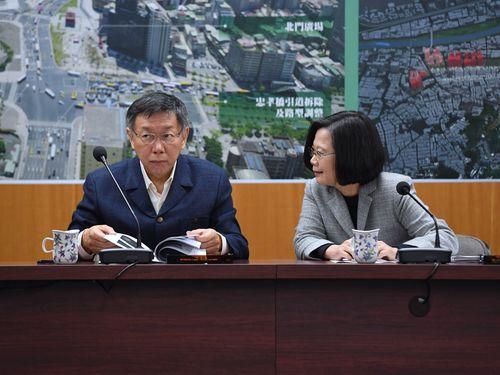 台北市政について意見を交わす柯文哲市長(左)と蔡英文総統