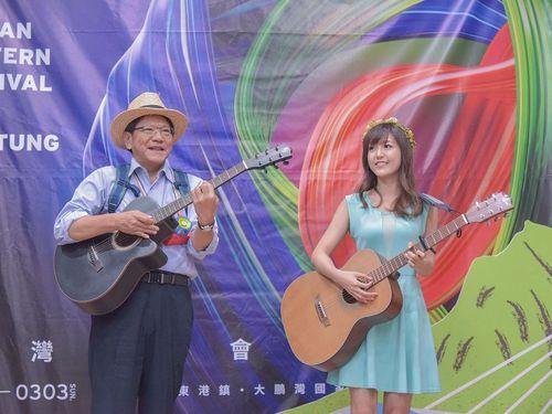 動画の発表会に出席する潘孟安屏東県長(左)とサンディーさん=同県政府提供