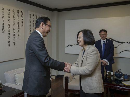 日華懇の古屋圭司会長(左)と握手をする蔡英文総統=総統府HPから