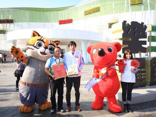 台中フローラ世界博覧会のPRキャラクター「虎バ」(左)とプレゼントを交換するチーバくん