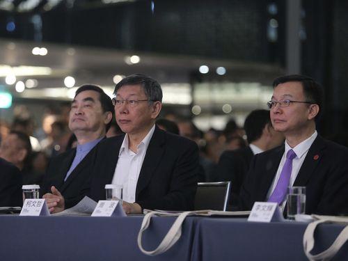 フォーラムに臨む(右から)周波上海市常務副市長、柯文哲台北市長