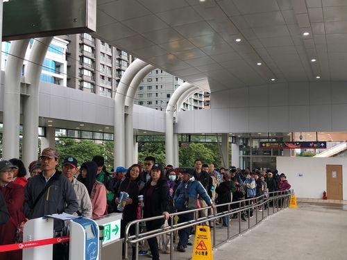 淡海LRTをいち早く体験しようと、朝早く駅に詰めかけた人々