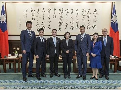 自民党青年局長の佐々木紀・衆院議員(左から3人目)らの訪問を受ける蔡英文総統(中央)=総統府HPから