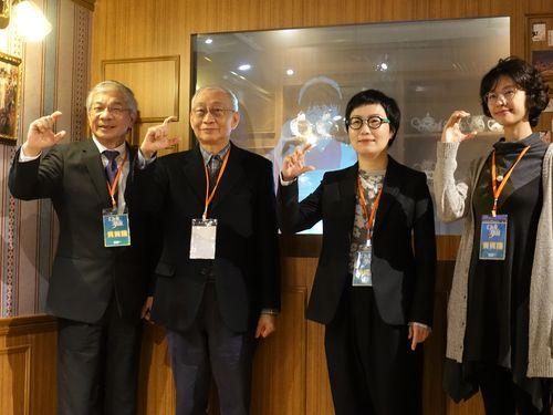 特別展の開幕イベントで指で「C」の形を作る(右から)漫画家のAKRUさん、文化部の丁暁菁次長ら