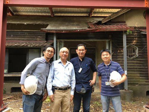 台湾の日本式建築を紹介する本を出版する渡邉義孝さん(右から2人目)=本人提供