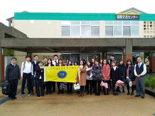 沖縄県の名桜大を訪問する大仁科技大の学生ら=大仁科技大学提供