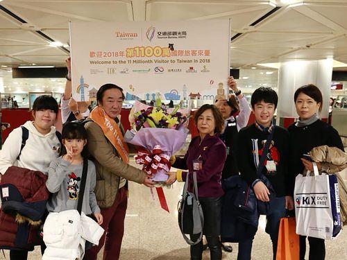 訪台1100万人目となった日本人旅行客ら=周永暉観光局長のフェイスブックページより