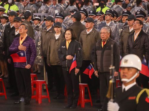 新年の国旗掲揚式に出席する蔡英文総統(手前中央)