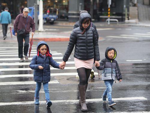 3日は引き続き各地で湿気が多く肌寒い一日になる見込み。北部や東部は一時雨、その他の地域も所によって雨が降ると予想されている=資料写真