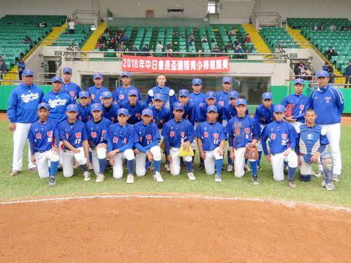 台湾10チームの頂点に立った桃園市新明国民中学の球児ら=学生野球連盟提供