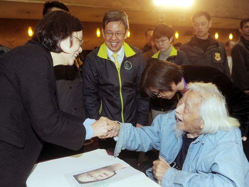 施朝暉氏(右)と握手を交わす民進党の蔡英文・総統選候補(2015年12月当時)