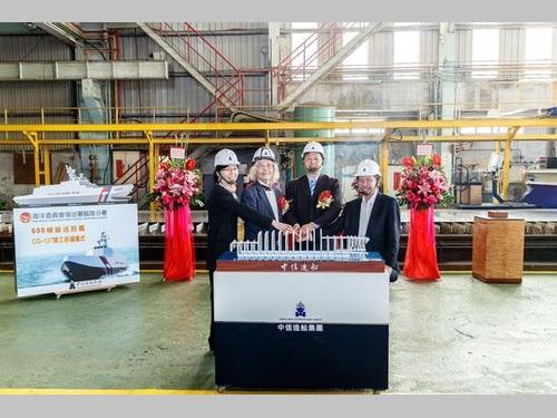 巡視船の起工式に出席する艦隊分署の謝慶欽署長(右から2人目)=海巡署提供