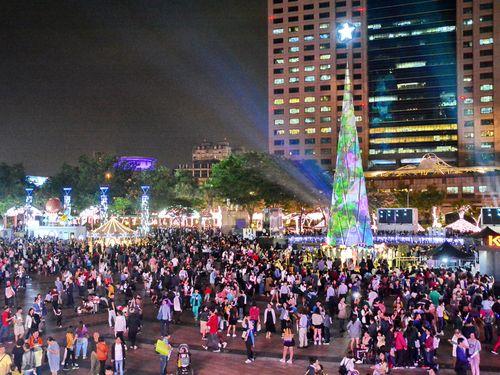 クリスマスシーズンになると、人々で賑わう新北市政府庁舎前