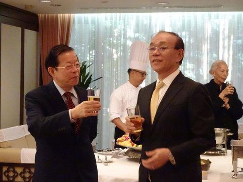 新年会で歓談する謝長廷駐日代表(手前左)と日本台湾交流協会の谷崎泰明理事長(同右)