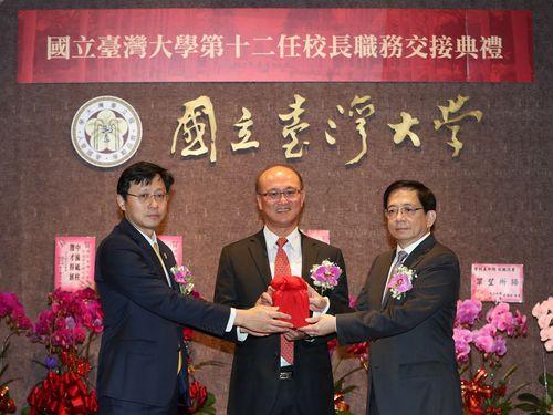 台湾大学長に就任した管中閔氏(右)