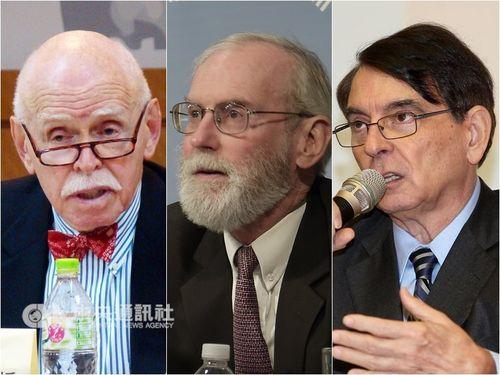 蔡英文総統への支持を表明した学者ら。左からジェローム・コーエン氏、氏、ウィリアム・スタントン氏