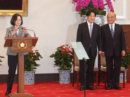 記者会見に臨む(左から)蔡英文総統、頼清徳氏、蘇貞昌氏