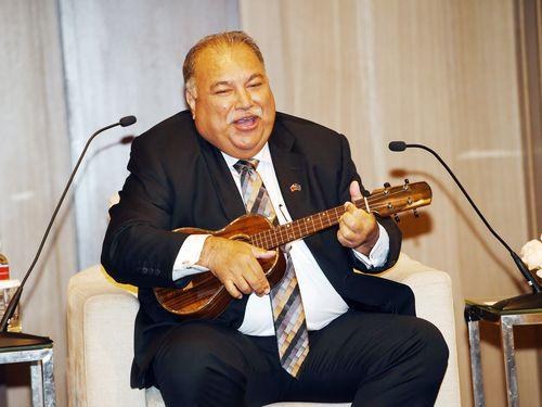 蔡英文総統から贈られたウクレレを弾きながら英語曲「You