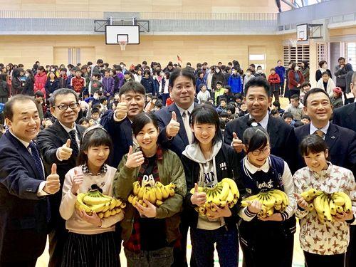 台湾産バナナに親指を立てる東海小学校の児童ら=農糧署提供