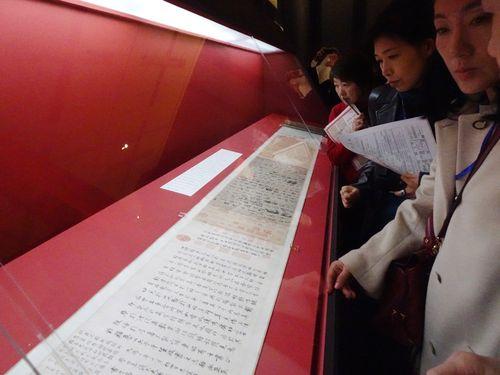 故宮所蔵の名品に見入る入場者たち