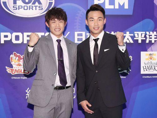 今季の健闘を誓うチェン・グァンユウ(左)と王柏融