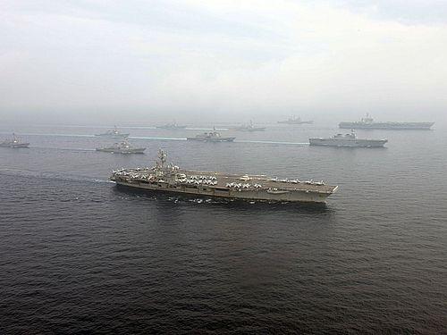米空母打撃群の原子力空母カール・ビンソン(手前)=米海軍の公式サイトから