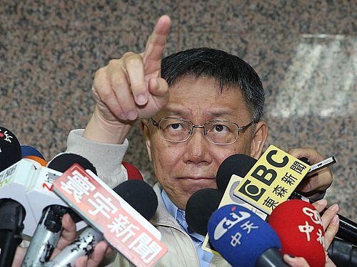 19日囲み取材に応じた柯文哲台北市長