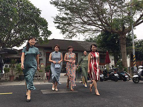 文化エリア「勝利星村」内を散策するチャイナドレス姿の女性たち