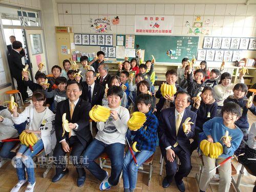 贈呈された台湾産バナナを手に笑顔を見せる海老名市立大谷小の児童