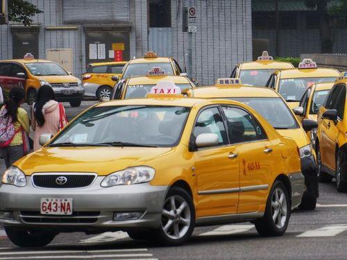 台湾の街を走るタクシー(資料写真)