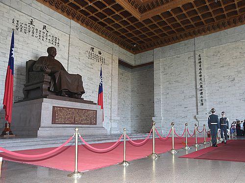 中正紀念堂内の蒋介石像