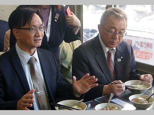 岩手県野田村の小田祐士村長(右)に彰化市のグルメを紹介する林世賢市長(左)
