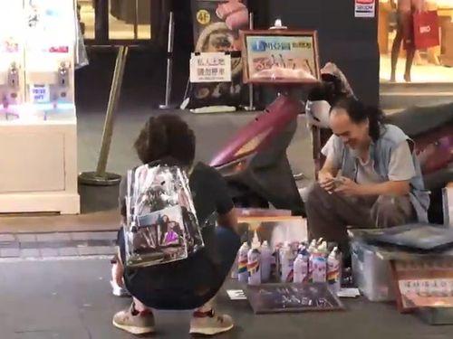 外国人が透明リュックを背負って台湾の治安の良さを表現する映像のワンシーン=潮台灣のYouTubeチャンネルより