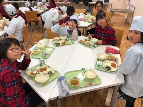 食事をともにする日台の子どもたち=太平国小提供