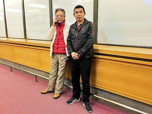 桃園空港滞留4カ月の末に30日夜、台湾に入境した劉興聯さん(左)と顔克芬さん