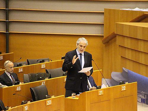 欧州議会で報告を行う欧州委のスティリアニデス人道援助・危機管理担当委員