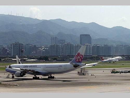 チャイナエアラインの航空機(手前)