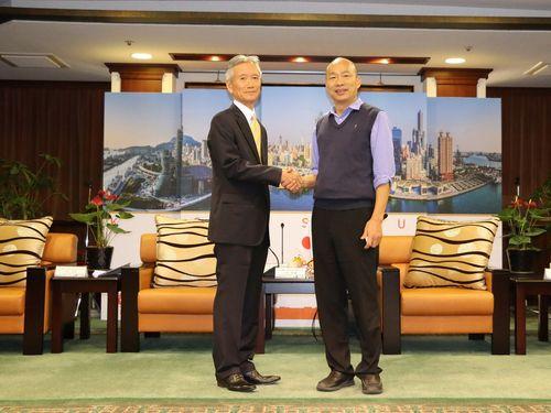 握手を交わす韓国瑜高雄市長(右)と日本台湾交流協会高雄事務所の中郡錦藏所長=高雄市政府提供